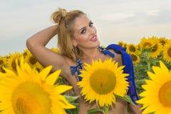Нагая женщина окруженная солнцецветами Стоковая Фотография RF