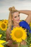 Нагая женщина окруженная солнцецветами Стоковые Изображения