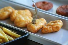наггеты цыпленка с вилкой стоковое изображение