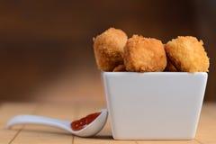 Наггеты цыпленка с томатным соусом Стоковое фото RF