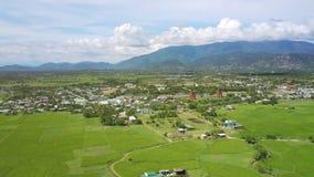 Наглядный ландшафт с гористой местностью горы деревни видеоматериал