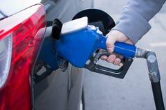 Нагнетая газ на газовом насосе Крупный план топлива бензина человека нагнетая внутри Стоковая Фотография RF