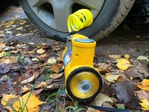 Нагнетая колеса на желтых листьях стоковое фото