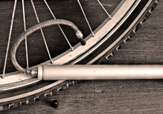 Нагнетая насос велосипеда колеса велосипеда Стоковая Фотография RF