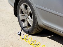Нагнетите колеса на автомобиле стоковые изображения