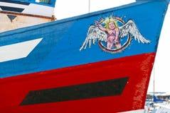 Нагой peeing ангел на смычке рыбацкой лодки Стоковое Фото