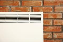 Нагревая жулик на кирпичной стене стоковое фото rf