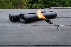 Нагревая и плавя толь битума чувствовал установку плоской крыши стоковые фотографии rf