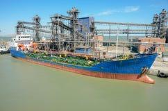 Нагружать в морском порте большого корабля стоковое изображение