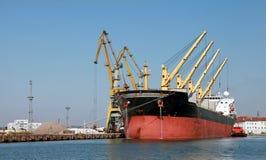 Нагружать с кранами большого промышленного грузового корабля Стоковое фото RF