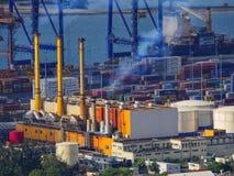 Нагружая разгржать грузового корабля на корабл-к-береге вытягивает шею Стоковое фото RF
