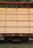 Нагруженная пиломатериалом циновка Contruction Boxcar транспорта железнодорожного автомобиля Стоковые Фотографии RF