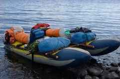 Нагруженный туристский катамаран готовый для того чтобы плавать Стоковые Изображения