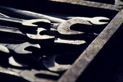 Нагрузки ключей или гаечных ключей в деревянном ящике Стоковое Изображение