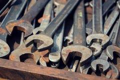 Нагрузки ключей или гаечных ключей в деревянном ящике Стоковое фото RF