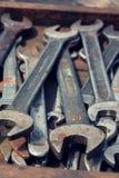 Нагрузки ключей или гаечных ключей в деревянном ящике Стоковые Изображения
