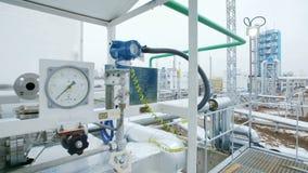 Надавите метры на переднем плане и современном заводе рафинадного завода газа акции видеоматериалы