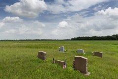 Надгробные плиты с аграрным полем на предпосылке в государстве Миссиссипи стоковое фото rf