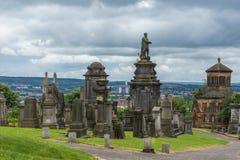 Надгробные плиты na górze холма на некрополе Глазго, Шотландии Великобритании стоковые фотографии rf