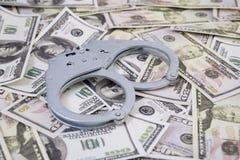 надевает наручники деньги Стоковые Фотографии RF