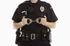 надевает наручники женщина-полицейский Стоковая Фотография