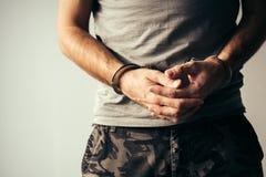 Надеванный наручники солдат в воинских одеждах армии стоковое фото rf