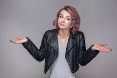 наденьте меня знайте t Портрет смущенной красивой девушки с коротким стилем причесок в положении кожаной куртки непринужденного с стоковое фото