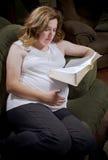 Надеющся мать читает библию Стоковая Фотография RF