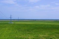 Надземная линия электропередач на равнине стоковое фото rf