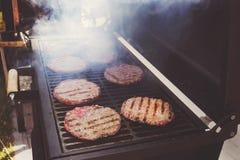 Надземная перспектива крупного плана макроса домодельного гамбургера говядины рецепта Стоковое фото RF