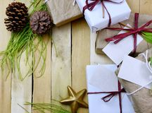 Надземная перспектива собрания подарков обернутых в естественных белых и коричневых бумагах связанных с джутом и строкой Некоторо Стоковые Изображения RF