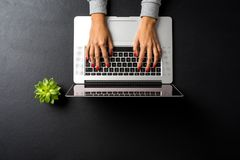 Надземная съемка женщины работая на компьтер-книжке Стоковое фото RF