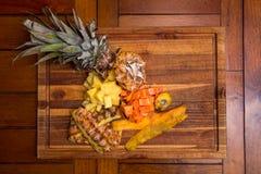 Надземная съемка отрезанных папапайи и ананаса стоковые фотографии rf