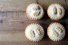 Надземная съемка 4 семенит пироги аранжированные аккуратно на деревянной плате Стоковые Изображения