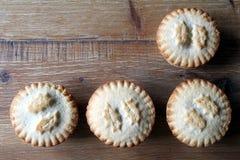 Надземная съемка 4 семенит пироги аранжированные аккуратно на деревянной плате Стоковые Фото