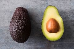 Надземная съемка уменьшанного вдвое авокадоа на деревянной предпосылке Стоковые Фотографии RF
