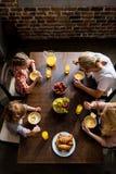 надземный взгляд семьи при 2 дет есть завтрак Стоковая Фотография RF