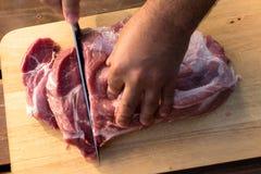 Надземный взгляд сырцовой части свинины на деревянной предпосылке Часть свежих бескостных свинины, части шеи или воротника Больша Стоковые Фото