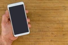 Надземный взгляд человека держа умный телефон стоковое фото