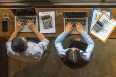Надземный угол дела: Азиатские бизнесмены используя ноутбук и деятельность стоковое фото rf
