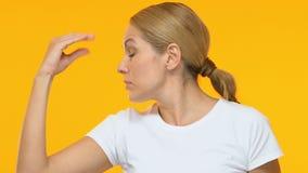 Надоеданная милая женщина shrugging плечи и показывая blahblah жест, злословит видеоматериал