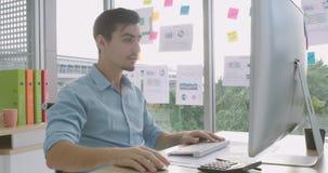 Надоеданный сердитый бизнесмен побеспокоенный с неожиданным сбоем в работе компьютера акции видеоматериалы