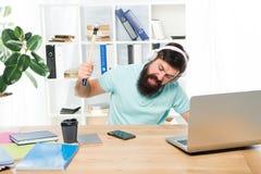 Надоедая клиент вызывать Молоток качания офиса наушников парня человека бородатый на смартфоне Избалованное сообщение Терпеть неу стоковые изображения rf