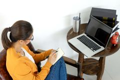 надомный труд женщины с ее компьютером и бумагой стоковая фотография