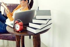 надомный труд женщины с ее компьютером и бумагой стоковые изображения
