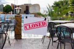` Надписи закрыло ` на входе к кафу лета стоковые фото