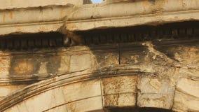 Надпись древнегреческия на architrave Свод Hadrian в Афинах, Греции видеоматериал