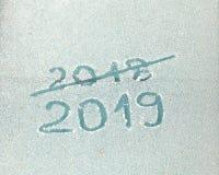 Надпись 2019 и пересеченный вне 2018 на стекле изморозью стоковое изображение