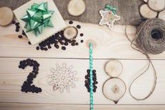 надпись 2018 кофейных зерен, деревянных кусков и деревянных игрушек с зелеными деталями Стоковые Изображения RF