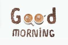 Надпись кофейных зерен и чашек, доброго утра на белой предпосылке Стоковые Изображения RF